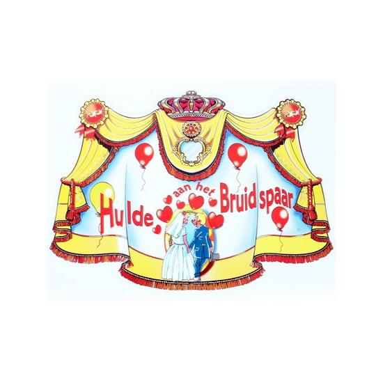Kartonnen kroonschild hulde aan het bruidspaar
